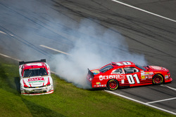 Mike Wallace e Kurt Busch bate