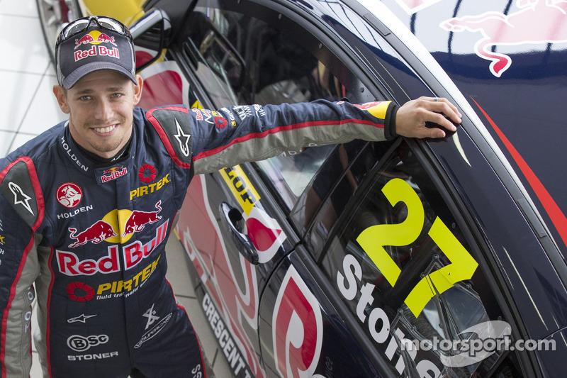 Casey Stoner met zijn Holden voor de Dunlop Development Series