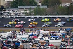 Jimmie Johnson, Hendrick Motorsports Chevrolet, Matt Kenseth, Joe Gibbs Racing Toyota, Kurt Busch, Furniture Row Racing Chevrolet lead a group of cars