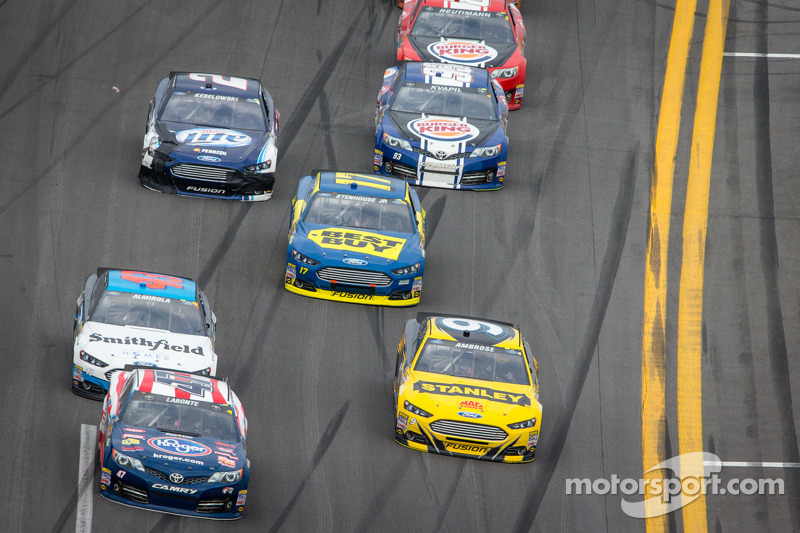 Bobby Labonte, JTG Daugherty Racing Toyota en Marcos Ambrose, Richard Petty Motorsports Ford in gevecht