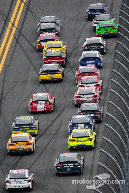 Jimmie Johnson, Hendrick Motorsports Chevrolet e Brad Keselowski, Penske Racing Ford na patalha pela liderança