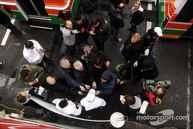 Adrian Sutil, Sahara Force India F1 met de media nadat bekend werd waar hij in 2013 rijdt
