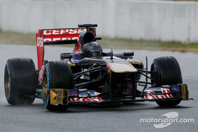 Daniel Ricciardo, Scuderia Toro Rosso STR8 running a plain black helmet