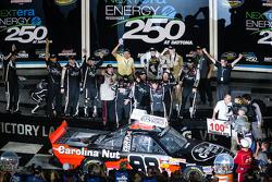 Victory lane: racewinnaar Johnny Sauter viert het resultaat