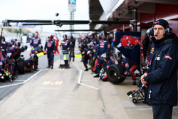 Franz Tost, Scuderia Toro Rosso Team Principal oversees practice pit stops