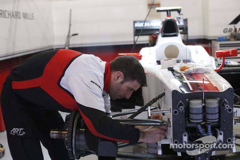 Een ART Grand Prix-monteur werkt aan de auto van Daniel Abt