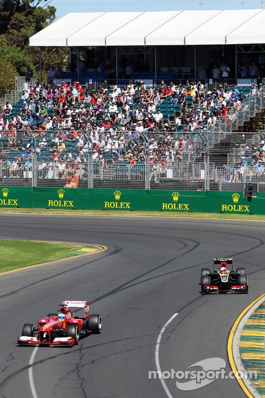 Fernando Alonso, Ferrari F138 e o Romain Grosjean, Lotus F1 E21