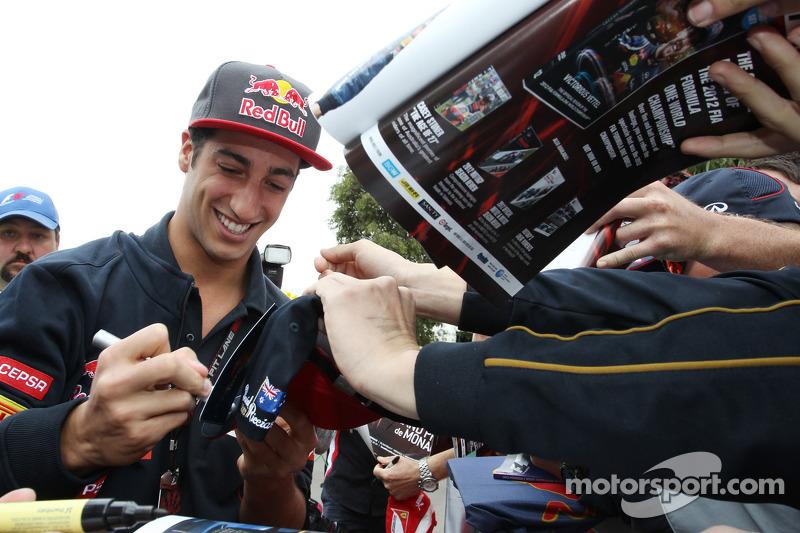 Daniel Ricciardo, Scuderia Toro Rosso signeert voor de fans