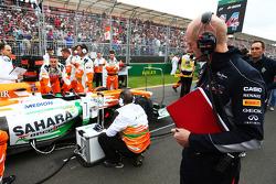Adrian Newey, Red Bull Racing, engenheiro chefe, olha a Force India no grid