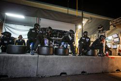 Paul Miller Racing membros da equipe pronto para o pit stop