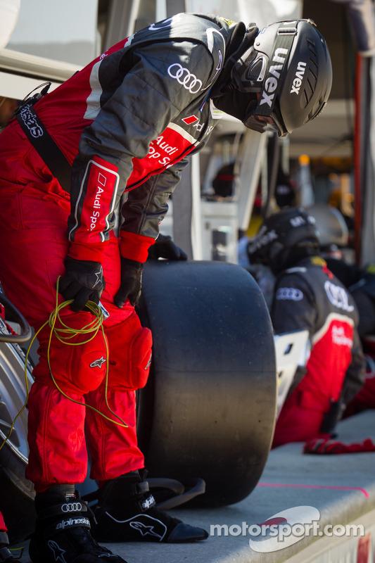 Os membros da equipe Audi Sport Team Joest prontos para um pit stop