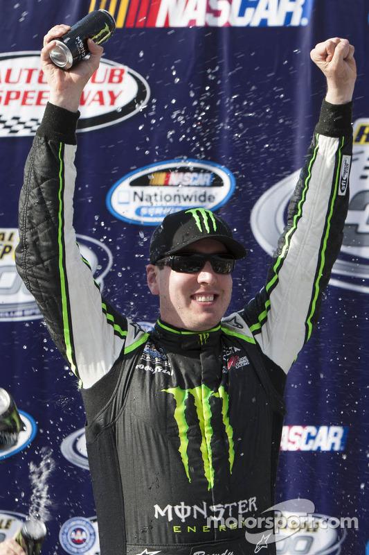 Pós-corrida: o vencedor Kyle Busch, Joe Gibbs Racing Toyota, comemora
