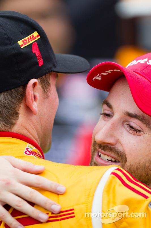 Pós-corrida: vencedor James Hinchcliffe, Andretti Autosport Chevrolet, abraça Ryan Huntery-Reay, And