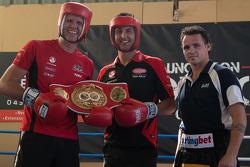 Daniel Geale, campeão mundial de boxe (peso-médio), dá algumas dicas aos pilotos Garth Tander e Fabi