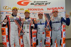 GT500 vencedor da prova Takuya Izawa and Takashi Kogure and GT300 vencedores Katsuyuki Hiranaka e Bj