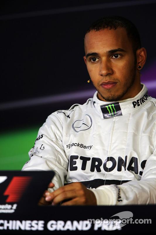 Ganador de la pole Lewis Hamilton, Mercedes AMG F1 en la conferencia de prensa de la FIA