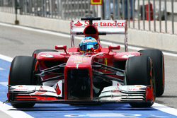 Fernando Alonso, Ferrari F138 running flow-vis paint on the fwin