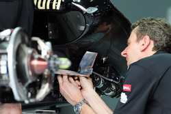 Lotus F1 E21 worked on by a mechanic