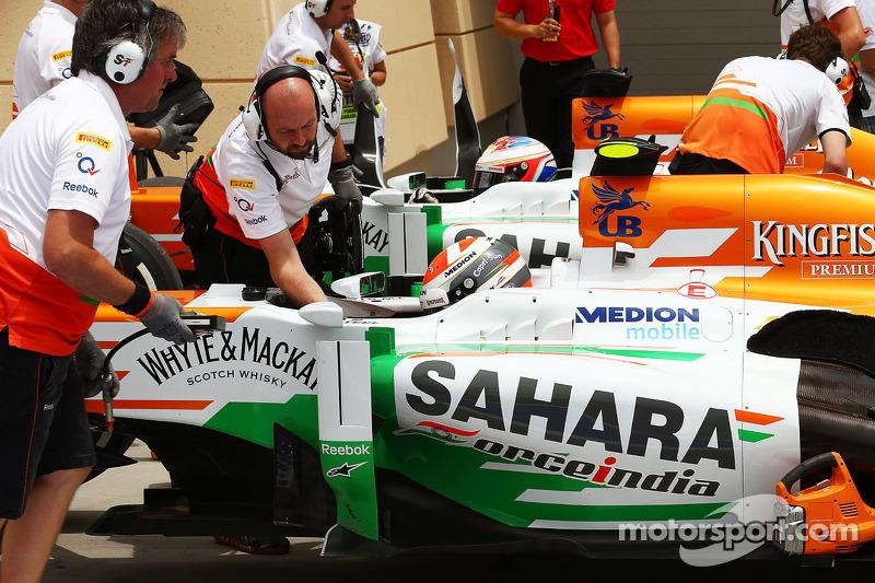 Adrian Sutil, Sahara Force India VJM06 en Paul di Resta, Sahara Force India VJM06 in de pits aan het einde van de derde training