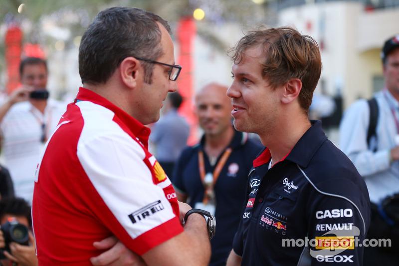 (L naar R): Stefano Domenicali, Algemeen Directeur Ferrari praat met Sebastian Vettel, Red Bull Raci