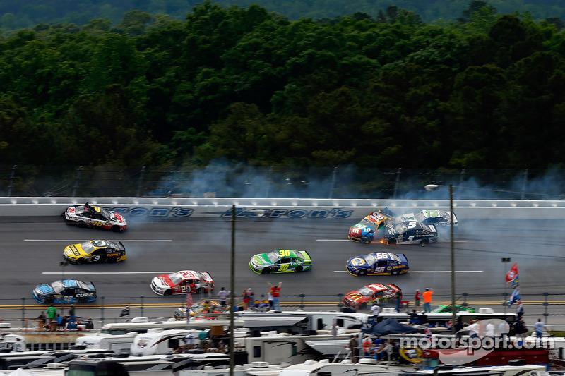 Crash met veel auto's, waaronder Greg Biffle, Kyle Busch, Kasey Kahne en Casey Mears
