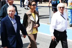(Da esquerda para direita): Jean Todt, presidente da FIA, com Michelle Yeoh, e Bernie Ecclestone, CEO do Grupo F1 (FOM)