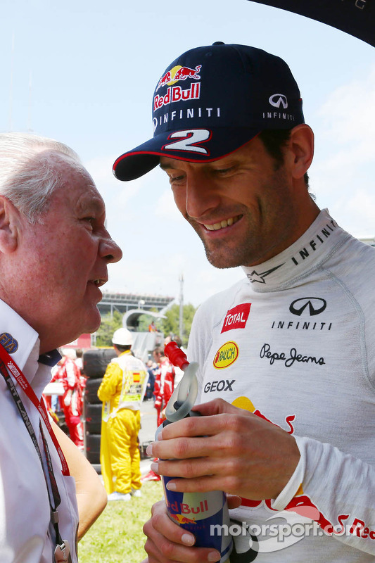 Mark Webber, Red Bull Racing com Alan Jones, FIA Comissário no grid
