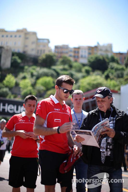 Jules Bianchi, Marussia F1 Team assina autógrafos para os fãs