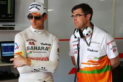 (Da esquerda para direita): Adrian Sutil, Sahara Force India F1, com Bradley Joyce, engenheiro de corridas da Sahara Force India F1