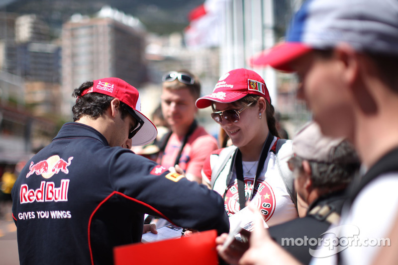 Daniel Ricciardo, Scuderia Toro Rosso signs autographs for the fans