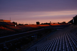 sun surge over Indianapolis Motor Speedway on corrida day