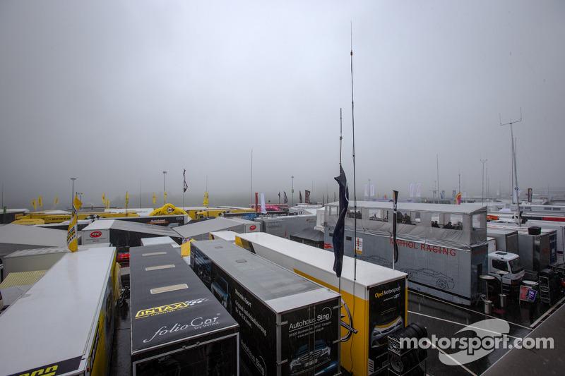 Hevige mist in de paddock