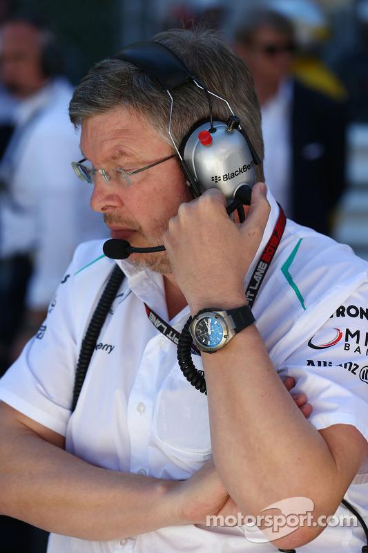 Ross Brawn, chefe da equipe Mercedes AMG F1 no grid enquanto prova é parada