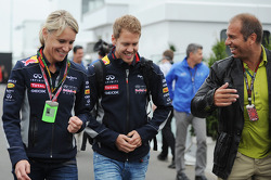 (L naar R): Britta Roeske, Red Bull Racing Press Officer met Sebastian Vettel, Red Bull Racing en Kai Ebel, RTL TV-presentator