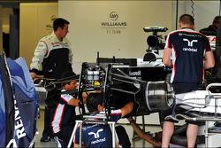 Een Williams FW35 wordt in de pits klaargemaakt door de monteurs
