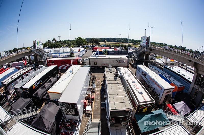 Een overzicht van de Le Mans-paddock