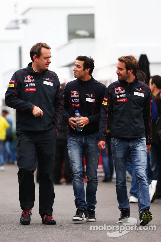 (Da esquerda para direita): Steve Nielsen, diretor esportivo da Scuderia Toro Rosso, com Daniel Ricciardo, Scuderia Toro Rosso, e Jean-Eric Vergne, Scuderia Toro Rosso