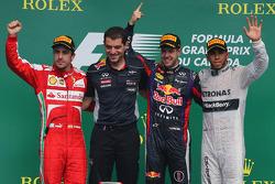 Primeiro colocado, Sebastian Vettel, Red Bull Racing; segundo Fernando Alonso, Ferrari; e terceiro Lewis Hamilton, Mercedes AMG F1