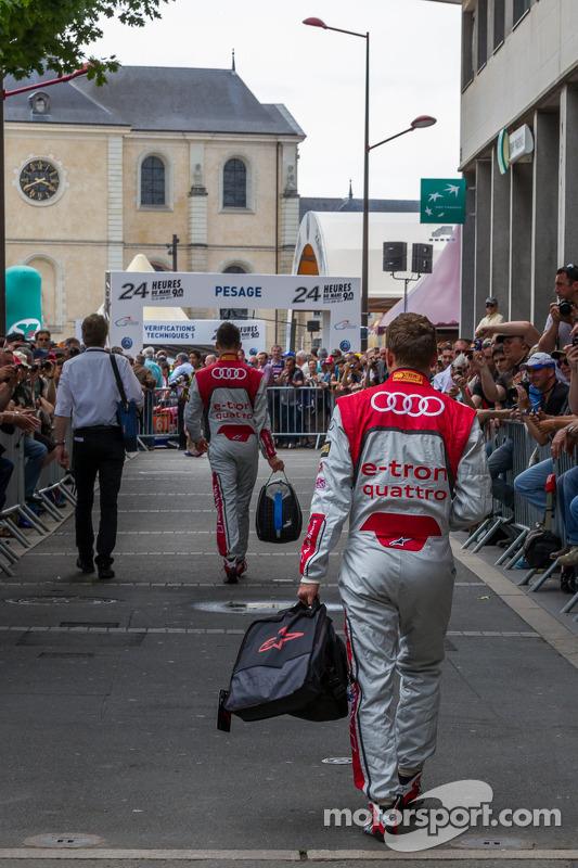 Marcel Fässler e Andre Lotterer chegando na vistoria