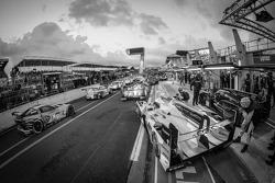 Rush hour on pitlane at the start of the session: #2 Audi Sport Team Joest Audi R18 e-tron quattro: Tom Kristensen, Allan McNish, Loic Duval