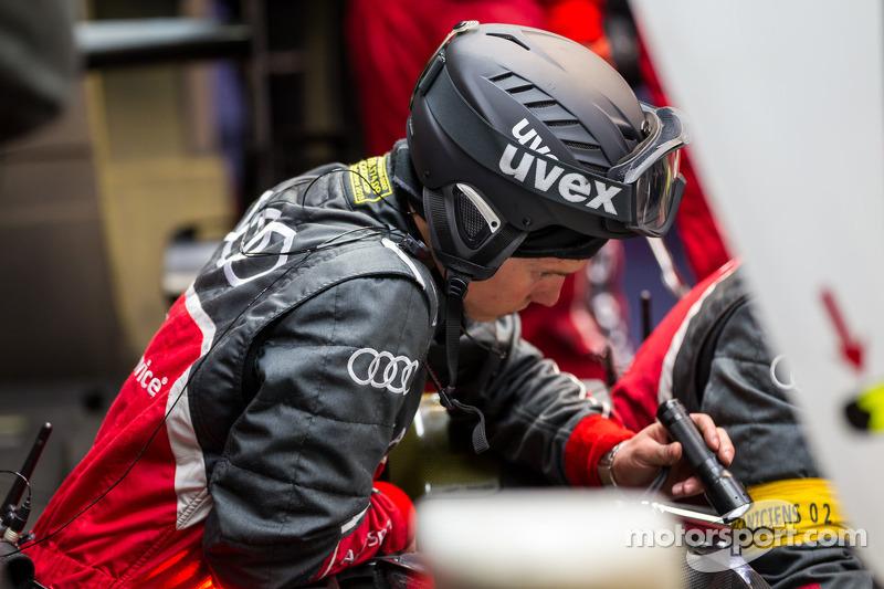 Audi Pitcrew inspecteert de #2 Audi R18 tijdens de kwalificatie