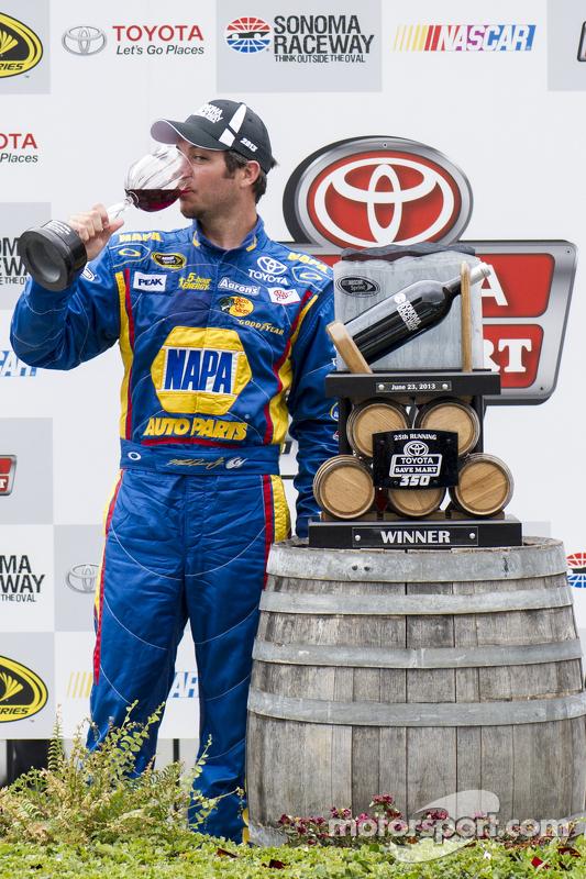 O vencedor Martin Truex Jr., Michael Waltrip Racing Toyota comemora