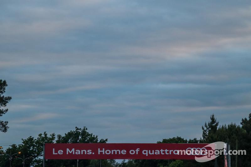 Bewolkte zonsondergang in Le Mans