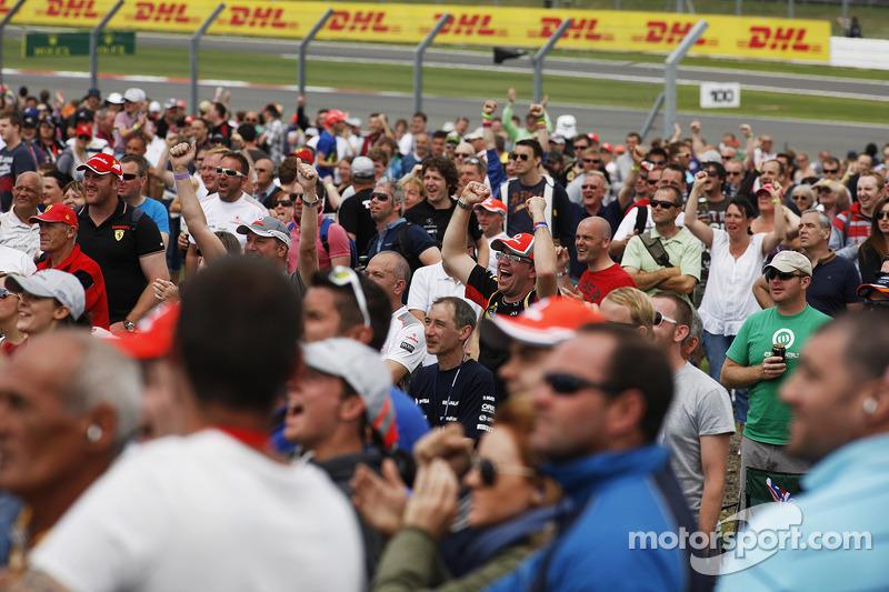 Fans celebran la pole position  Lewis Hamilton, Mercedes AMG F1