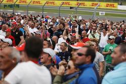 Fans vieren feest nadat Lewis Hamilton, Mercedes AMG F1 W04 pole position pakt