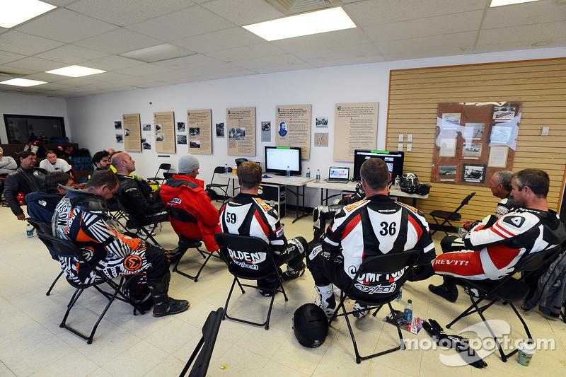Motorrijders wachten op het einde van de race