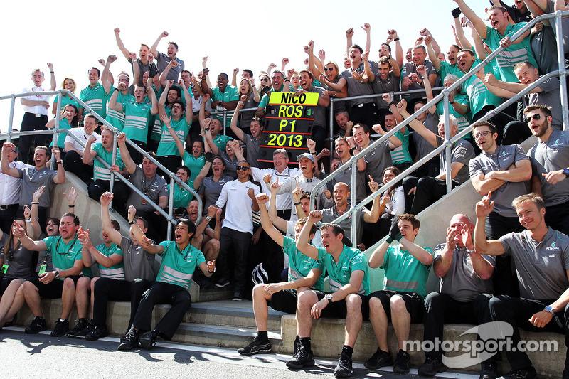 Race winner Nico Rosberg Mercedes AMG F1 celebrates with team mate Lewis Hamilton Mercedes AMG F1, Ross Brawn Mercedes AMG F1 Team Principal, and the team