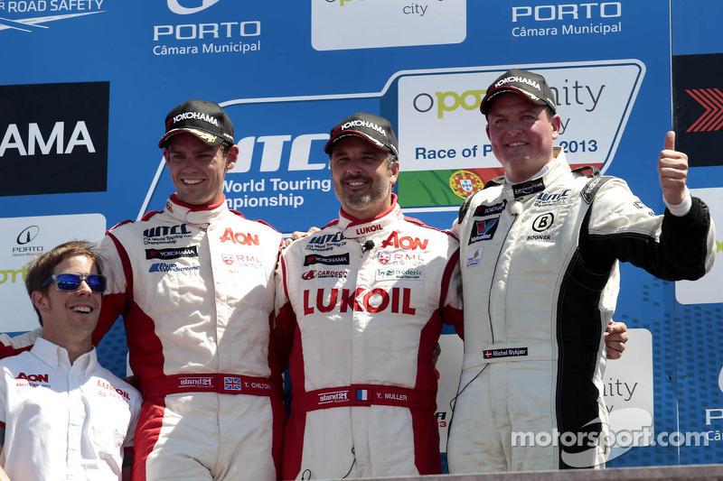 2e plaats Tom Chilton, RML Chevrolet Cruze 1.6 T, 1e plaats voor Yvan Muller, RML Chevrolet Cruze 1.6 T, 3e plaats voor Michel Nykjaer, NIKA Racing Chevrolet Cruze 1.6 T