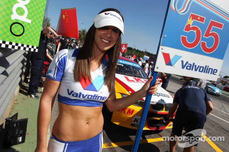 Darryl O'Young, BMW E90 320 TC, ROAL Motorsport en Grid Girl