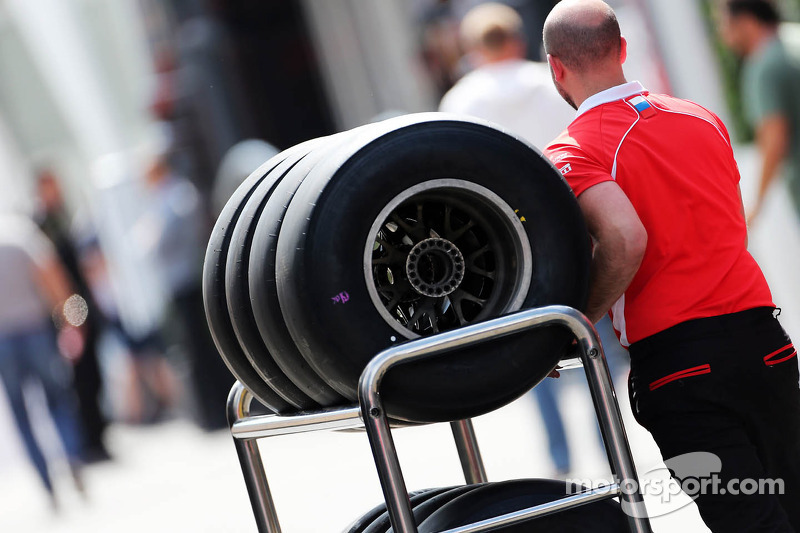 Marussia F1 Team mechanic with Pirelli tyres